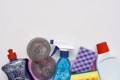 Outils de nettoyage Pulvérisez la bouteille et d'autres articles d'isolement photographie stock libre de droits