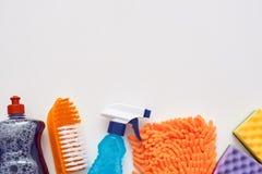 Outils de nettoyage Pulvérisez la bouteille et d'autres articles d'isolement photographie stock