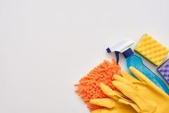 Outils de nettoyage Pulvérisez la bouteille et d'autres articles d'isolement au bon coin photographie stock
