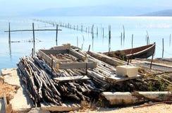 Outils de pêche en Lago di Varano, Italie Images stock