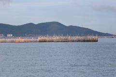 Outils de pêche faits en bambou en mer de la Thaïlande Images libres de droits