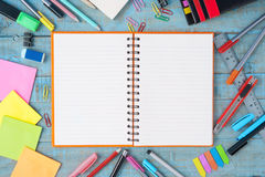 Outils de papier et d'école ou de bureau de carnet sur la table en bois de vintage Photo stock