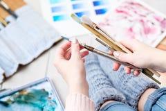 Outils de passe-temps de peinture de loisirs de brosse de lecture d'artiste Photographie stock
