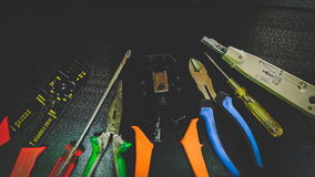 Outils de réseau pour câbler, fond noir images stock