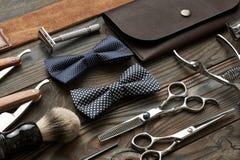 Outils de salon de coiffure de vintage sur le fond en bois Photo stock
