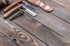 Outils de salon de coiffure de vintage sur le fond en bois Photos stock