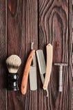 Outils de salon de coiffure de vintage sur le fond en bois Photographie stock