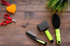 Outils de soin des animaux familiers et de toilettage avec des brosses sur l'espace en bois de vue supérieure de fond pour le tex Images stock