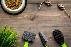 Outils de soin des animaux familiers et de toilettage avec des brosses sur l'espace en bois de vue supérieure de fond pour le tex Images libres de droits