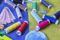 Outils de tailleur au-dessus du tissu en soie Images libres de droits