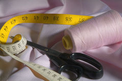 Outils de tailleur sur le tissu rose Photographie stock libre de droits