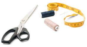 Outils de tailleurs - ciseaux, fil et ruban métrique Photographie stock
