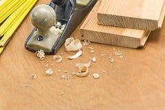 Outils de travail en bois et copeaux en bois photo stock