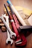 Outils de travail et gants sur un Tableau en bois Photos libres de droits