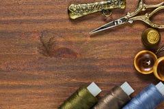 Outils de travail manuel de vintage et matériaux et accessoires de couture Photo libre de droits