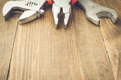 Outils de travail sur une table en bois Image stock