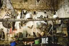 Outils de vintage dans une vieille grange en pierre Photographie stock libre de droits