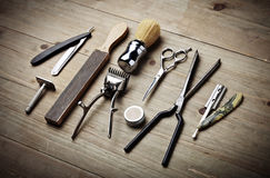 Outils de vintage de salon de coiffure sur le bureau en bois Images stock
