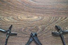Outils de vintage sur le fond en bois Carte de jour de pères Photographie stock