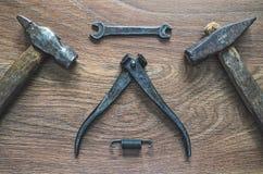 Outils de vintage sur le fond en bois Carte de jour de pères Image stock