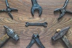 Outils de vintage sur le fond en bois Carte de jour de pères Photos libres de droits
