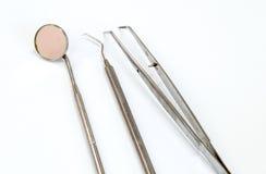 Outils dentaires sur le fond blanc photo stock