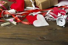 Outils dispersés pour la couture, du coeur de feutre Photos stock