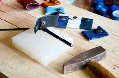 Outils en cuir de métier pour le porte-clés fait main et le petit sac Images libres de droits