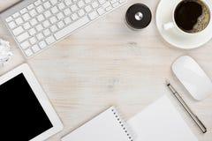 Outils essentiels de travail de bureau avec l'espace de copie au milieu Photos libres de droits