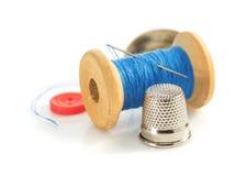 Outils et aaccessories de couture sur le blanc Photo stock