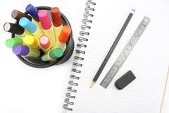 Outils et accessoires d'école sur le fond blanc Image libre de droits