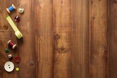 Outils et accessoires de couture sur le bois Images stock