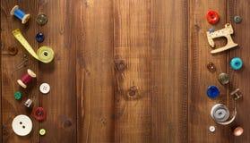 Outils et accessoires de couture sur le bois Photos libres de droits