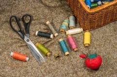 Outils et accessoires de couture sur le fond de tissu Image libre de droits