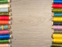 Outils et accessoires de couture sur le fond en bois Images stock