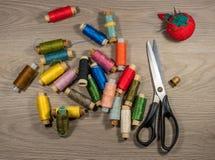 Outils et accessoires de couture sur le fond en bois Photographie stock