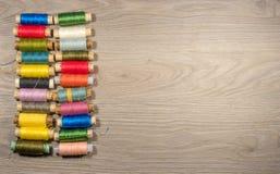 Outils et accessoires de couture sur le fond en bois Image stock