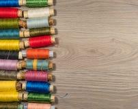 Outils et accessoires de couture sur le fond en bois Photo libre de droits