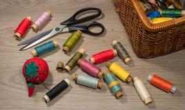 Outils et accessoires de couture sur le fond en bois Photographie stock libre de droits