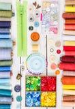Outils et accessoires pour coudre sur le fond en bois clair Images stock