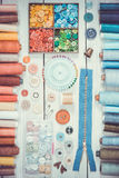 Outils et accessoires pour coudre sur le fond en bois clair Photo stock