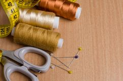 Outils et accessoires pour la couture Fil de couture, ciseaux, goupilles image stock
