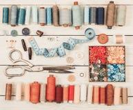 Outils et accessoires pour la couture Ton de vintage Vue supérieure Images libres de droits
