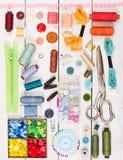 Outils et accessoires pour la couture Vue supérieure Composition plate en configuration Photos stock