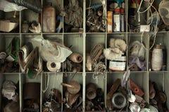 Outils et accessoires sur des étagères dans un Ba images stock