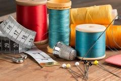 Outils et bobines de couture de base de fil Images stock