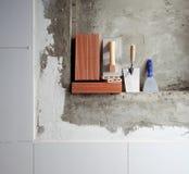 Outils et briques de truelle d'acier inoxydable de construction photographie stock libre de droits