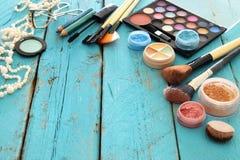 outils et brosses de beauté de cosmétiques de maquillage sur le fond en bois Images libres de droits