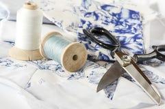 Outils et ciseaux de couture dans le bleu Images libres de droits