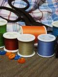 Outils et couture de couture sur la vieille table en bois Images libres de droits